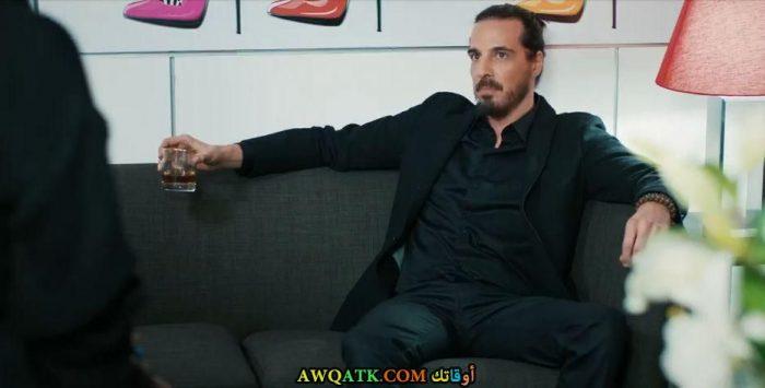 صورة الفنان التركي ديفريم يالشن في مسلسل حب للإيجار