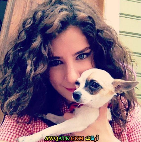 صورة الفنانة التركية سانام يليس مع كلبها