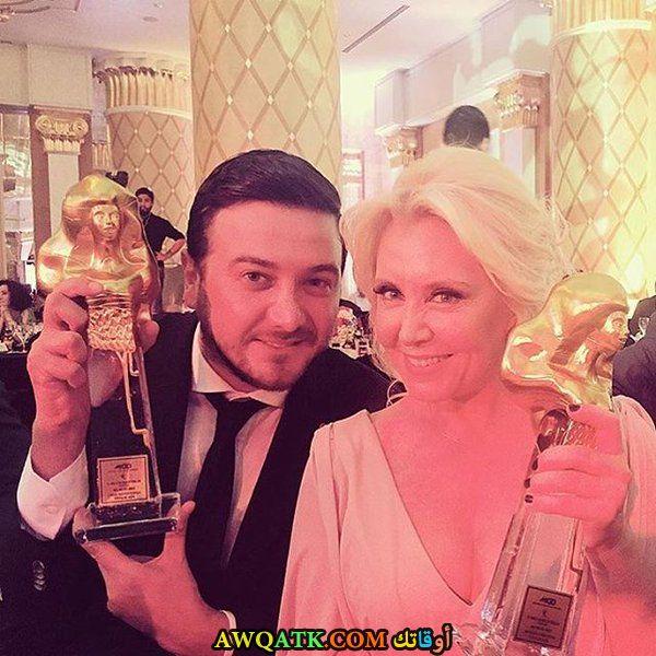 صورة للفنانة التركية الجميلة نرجس كومباسار مع انور في حفل توزيع الجوائز