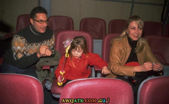 صورة للفنانة التركية الجميلة نرجس كومباسار مع بنتها وطليقها