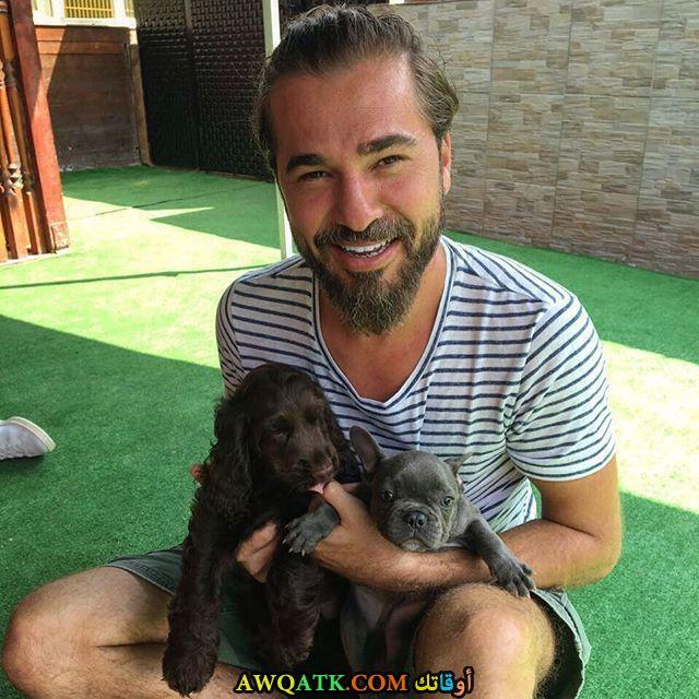 إنجين ألتان دوزياتان و كلبه