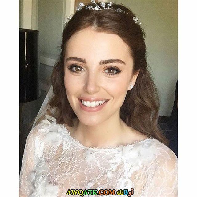 ازجي أيوب أوغلو بفستان الزفاف