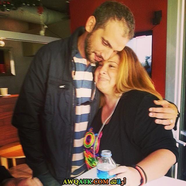 صورة الفنانة التركية اصلي اوماغ وزوجها