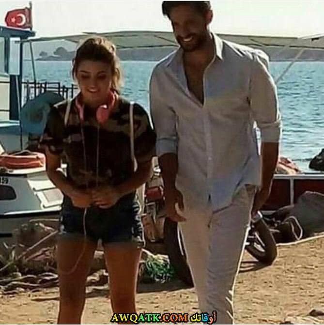 صورة الفنان التركي أكين مارت وهاندة على البحر