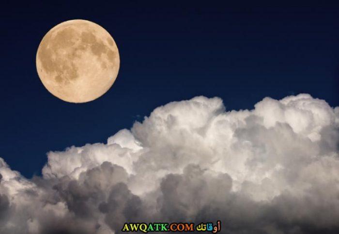 صورة للقمر مع السحاب