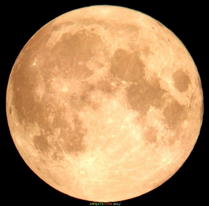 صورة للقمر وهو باللون الأصفر