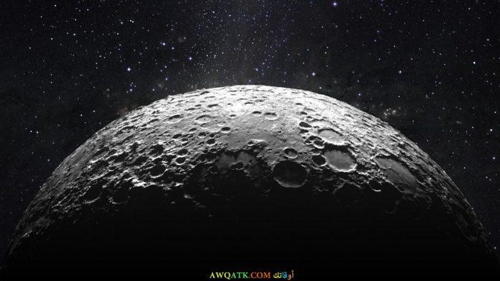 صورة توضح النتوءات و التعرجات على سطح القمر