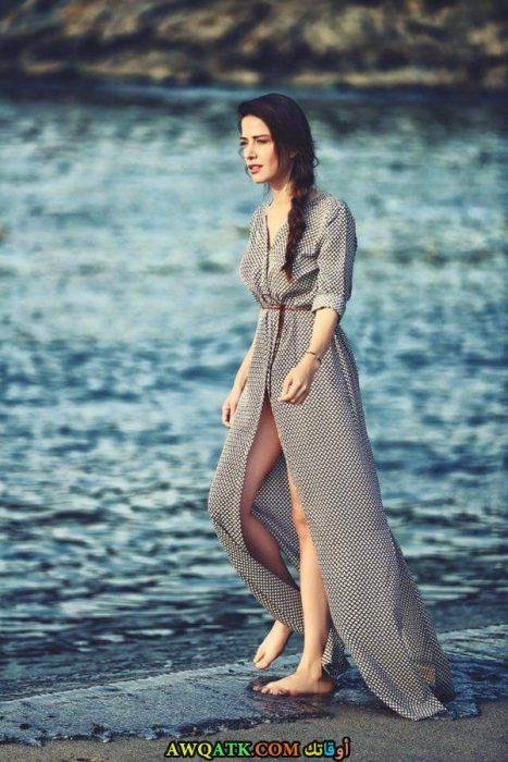 صور للفنانة أوزجي جوريل على البحر