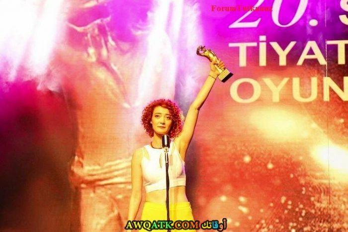 اوزليم اوتشالماز أثناء حصولها على جائزة أحسن ممثلة مساعدة