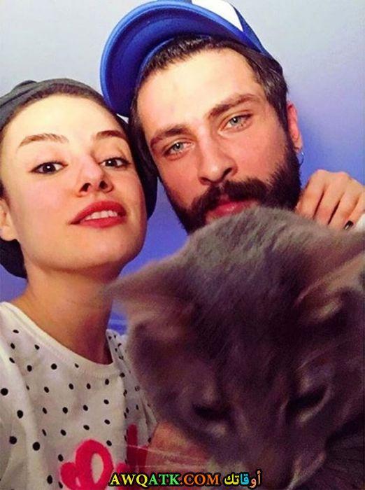 صورة عائلية للفنان التركي اونور تونا مع حبيبته