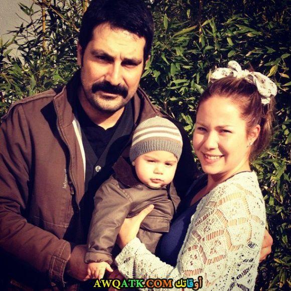 صورة عائلية للفنان التركي بولنت إينال مع زوجته وابنه