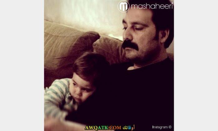 صورة عائلية للفنان بولنت إينال مع ابنه