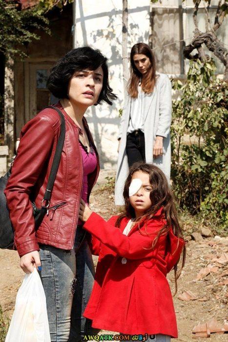صورة الفنانة بيرين جوكيلديز ملك مع أمها بالمسلسل شولة