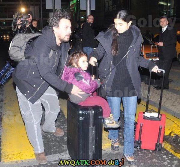 صورة عائلية للفنانة توبا بويوكوستن مع بناتها وزوجها