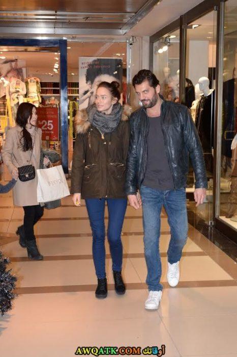 صورة الفنان التركي جان نرجس داخل المول مع حبيبته