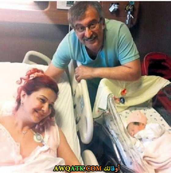 صورة عائلية للفنان التركي حسين عوني دانيال مع زوجته وابنه