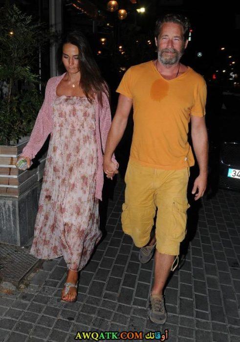 صورة الفنان التركي سنان البيرق وزوجته