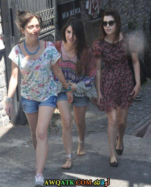 سيلين أوزتورك مع أصدقائها
