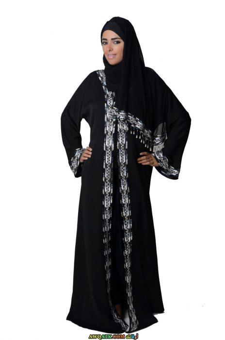 عباية خليجي باللون الأسود شيك جدا مطرزة باللون الأبيض مفتوحة