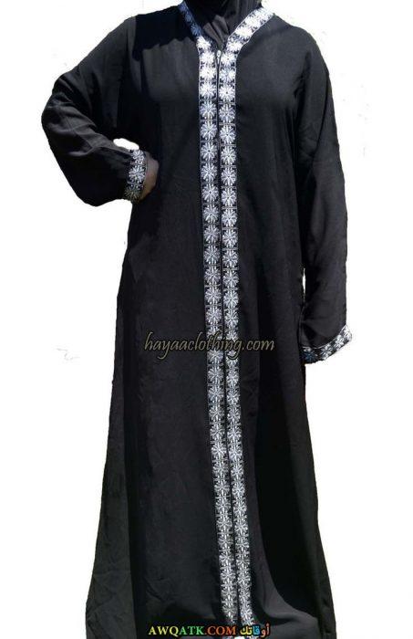 عباية خليجي مطرزة باللون الأبيض سوداء اللون مفتوحة