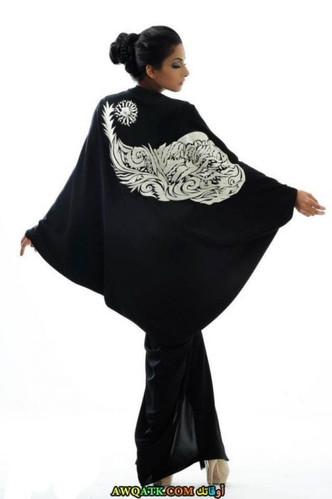 عباية خليجي فراشة مطرزة باللون الأبيض