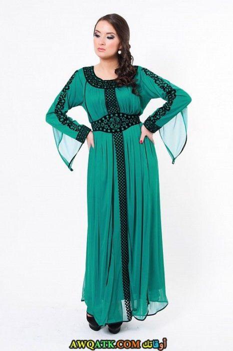 عباية شيفون خضراء روعة مطرزة باللون الأسود