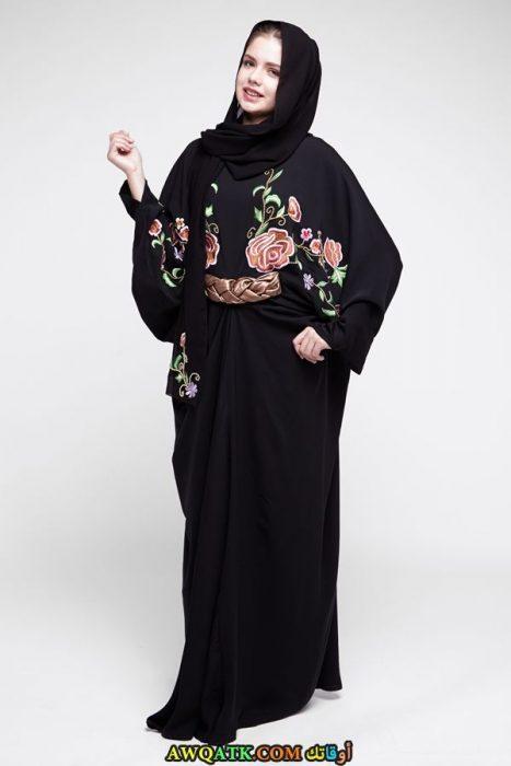 عباية سوداء مخصرة بحزام و مطرزة باللون البينك