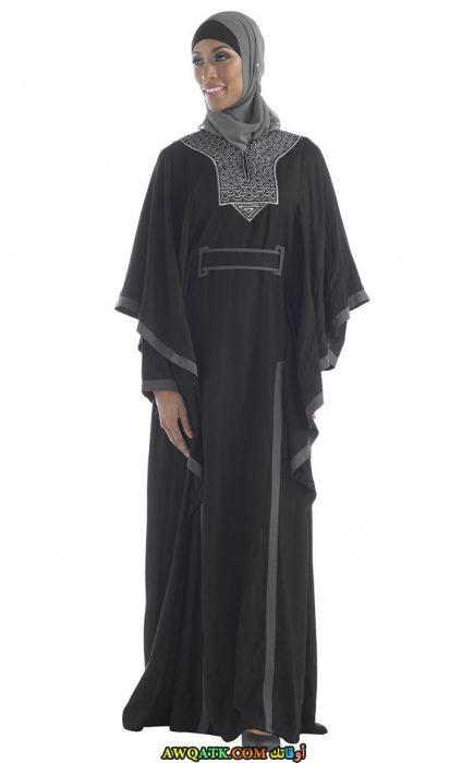 عباية باللون الأسود مطرزة باللون الرمادي واسعة بحزام