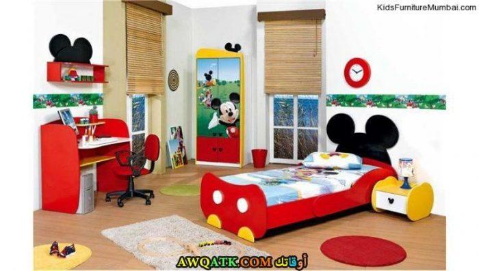 غرفة نوم أطفال باللون الأحمر جميلة