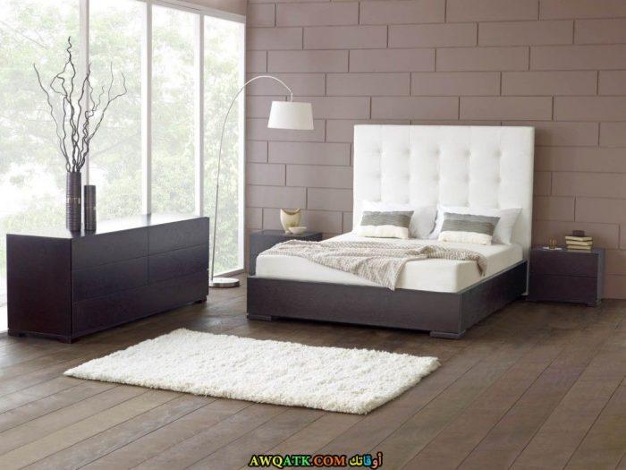 غرفة نوم باللون الرمادي والأبيض