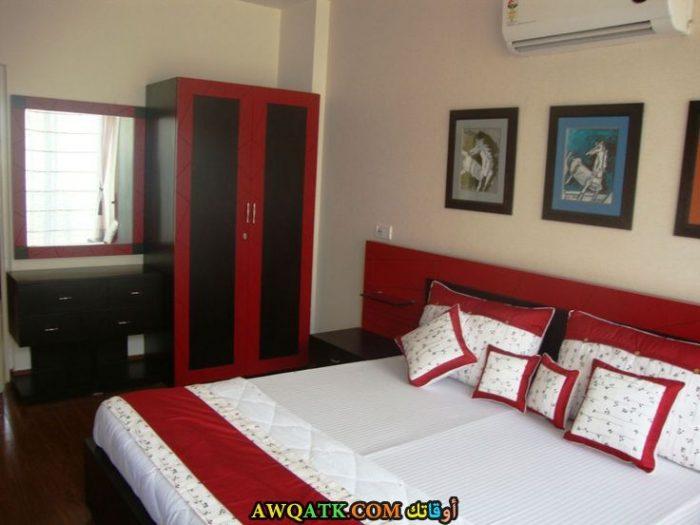 غرفة نوم حمراء بسيطة جداً