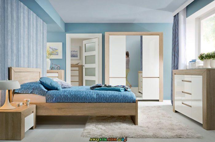 غرفة نوم تتميز بالبساطة