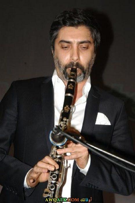 نجاتي شاشماز يعزف على الناي