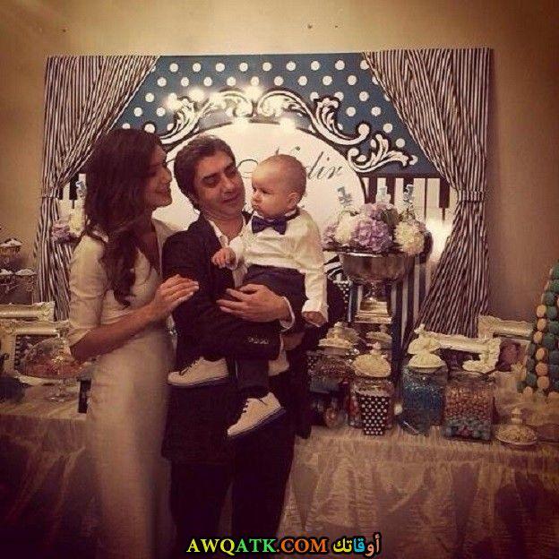 صورة عائلية للفنان نجاتي شاشماز مع أبنه و زوجته