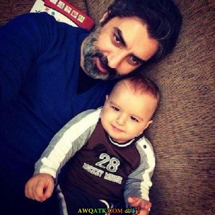 صورة الفنان التركي نجاتي شاشماز و ابنه