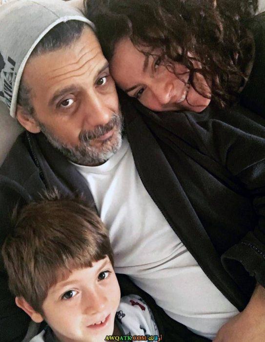 صورة عائلية للفنانة يونكا شاهينباش مع زوجها و ابنها