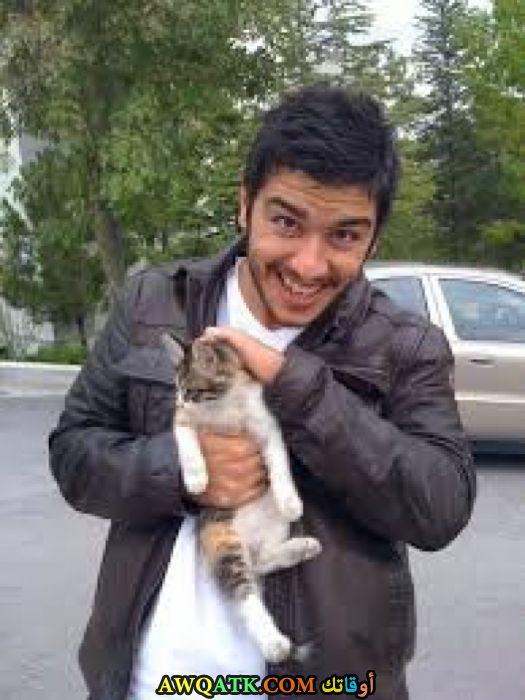 صورة للفنان اراس ايدين مع قطته