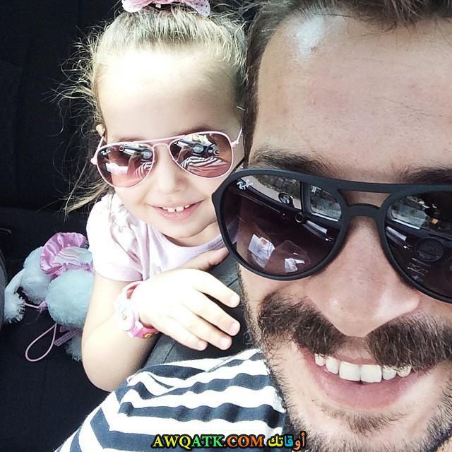 صورة عائلية للفنان انيل ايلتير مع بنته
