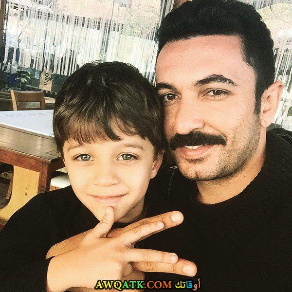 صورة الفنان التركي تويجان افان اوغلو و ابنه