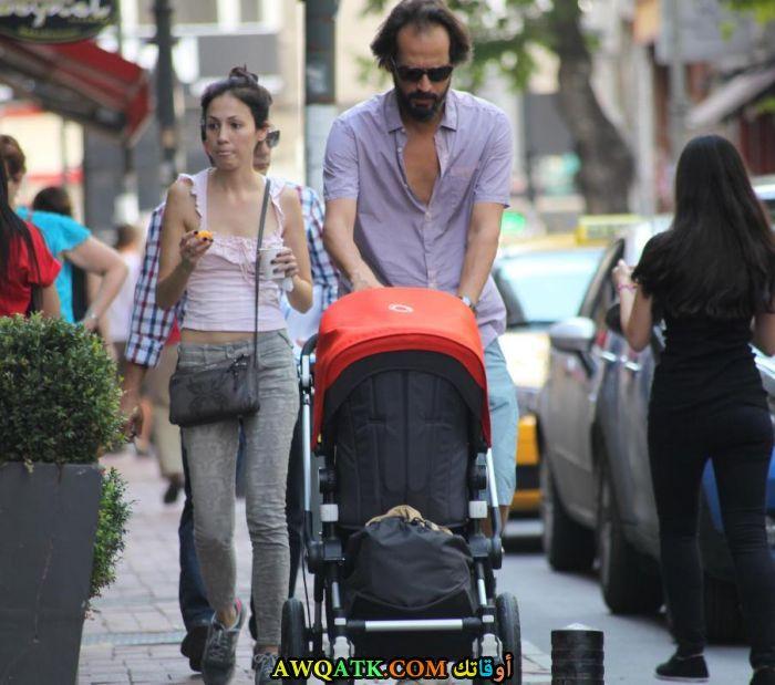 صورة الفنان التركي تيموشين ايسن وأولاده وزوجته
