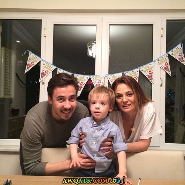 صورة الفنان التركي جميل بيوكدوغيرلي وزوجته وابنه
