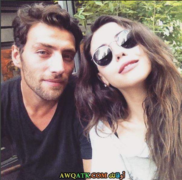 صورة عائلية للفنان التركي جيهون منجر أوغلو مع حبيبته