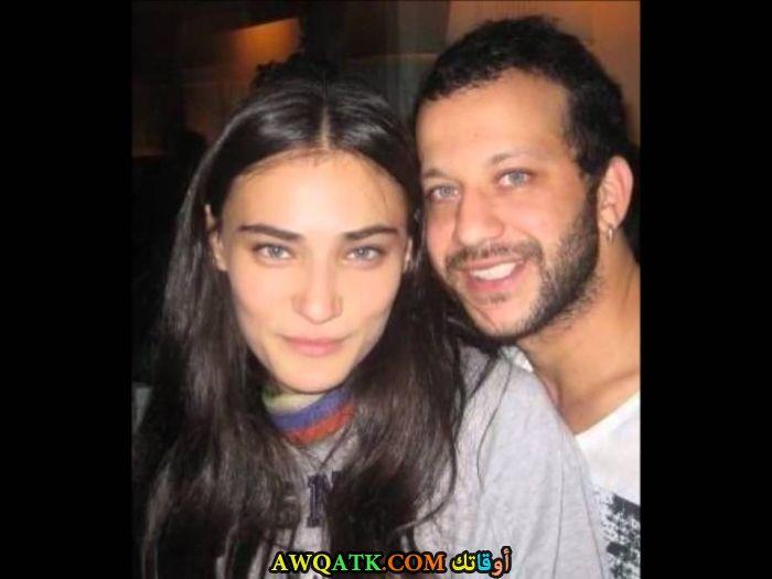 صورة عائلية للفنان التركي رضا كوجا اوغلو مع حبيبته