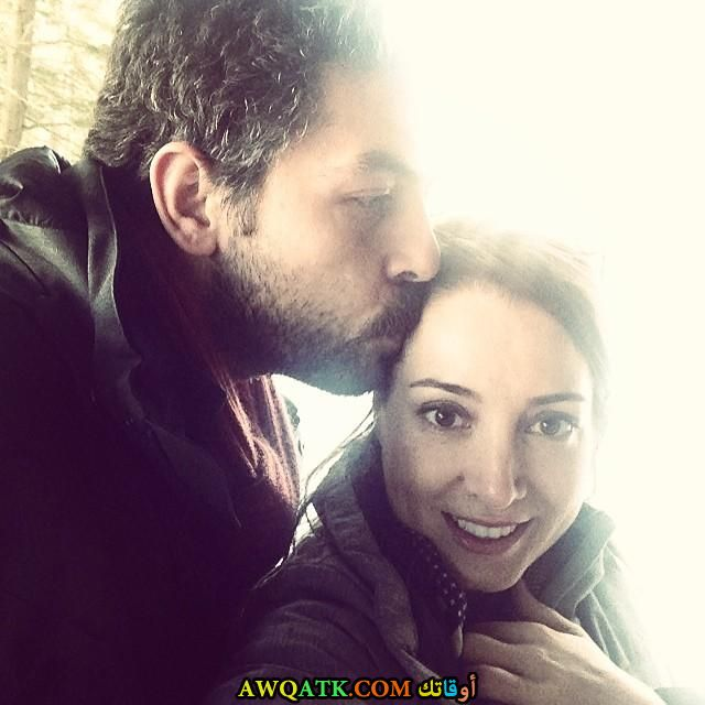 صورة عائلية للفنان التركي سنان توزجو مع زوجته