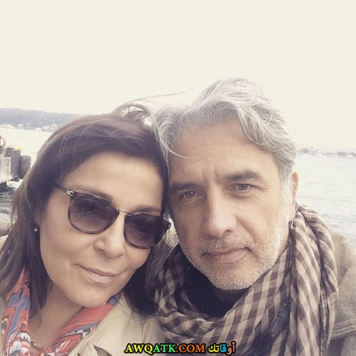 صورة عائلية للفنانة سيراي جوزلر مع زوجها
