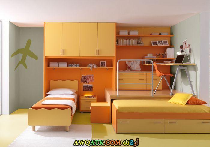 غرفة نوم باللون البرتقالي للمساحة الكبيرة
