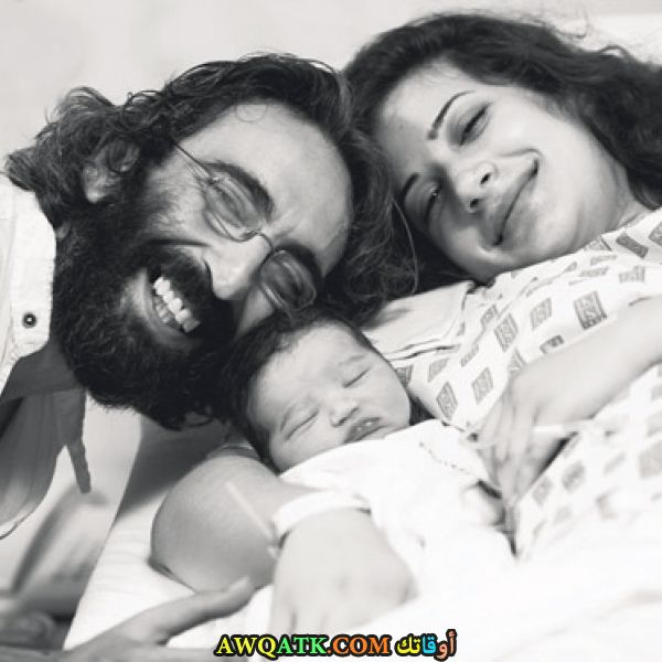 صورة عائلية للفنان فيرات تانيش مع ابنه وزوجته