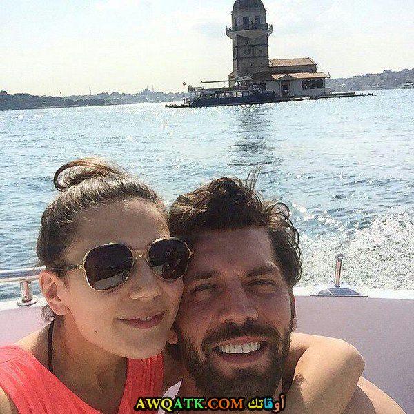 صورة عائلية للفنان التركي كان نرجس مع حبيبته