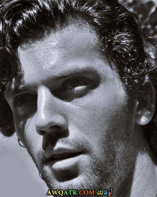 صورة للفنان كان نرجس خلفية أبيض و أسود