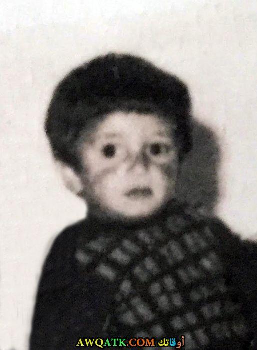 صورة الفنان كنان إميرزالي أوغلو وهو صغير